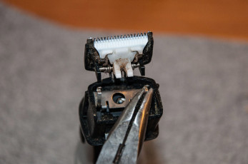 Den Metall-Clip vorsichtig entfernen.